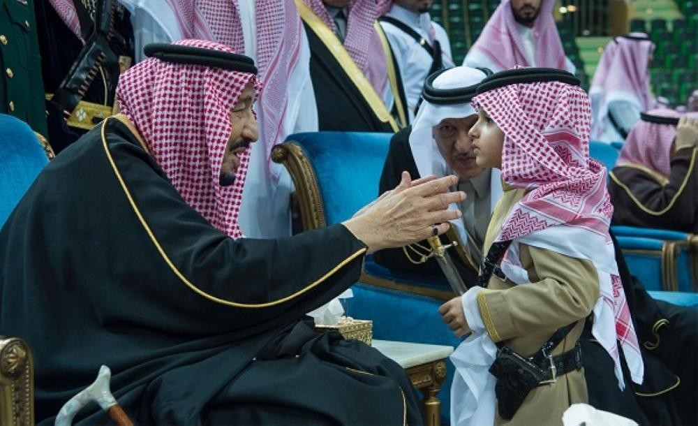 تعرف على «الأمير الصغير» الذي شارك الملك «العرضة السعودية»