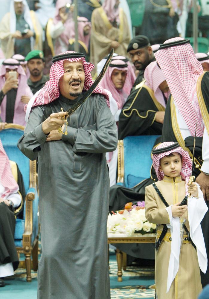 خادم الحرمين الشريفين مؤديا العرضة السعودية أمس في الجنادرية. (تصوير: بندر الجلعود Bandaralgaloud@)