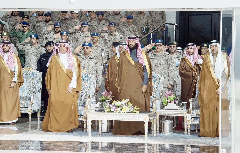ولي العهد لحظة وصوله إلى مقر حفل التخرج في كلية الملك فيصل الجوية بالرياض أمس.