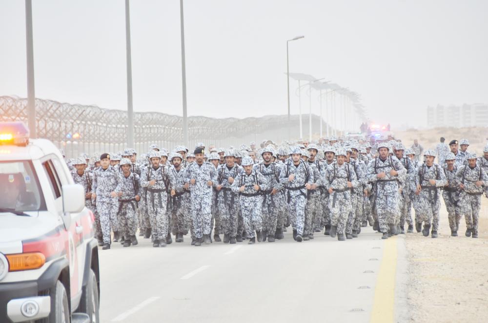 مدير عام كلية الملك فهد يتقدم الطلاب في السير الطويل. (عكاظ)