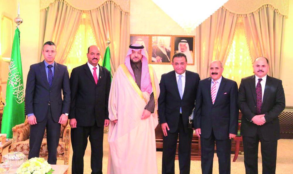 الأمير فيصل بن خالد يتوسط السفير المصري والوفد المرافق له. (عكاظ)