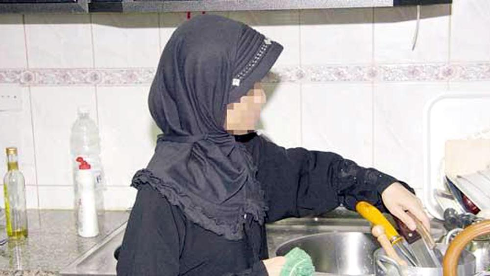 أزمة العاملات مشكلة تؤرق الأسر السعودية. (عكاظ)