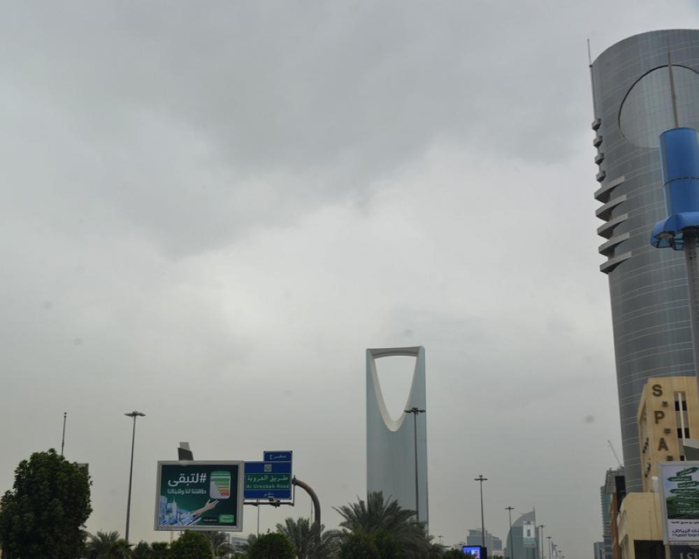 سماء الرياض ملبدة بالغيوم