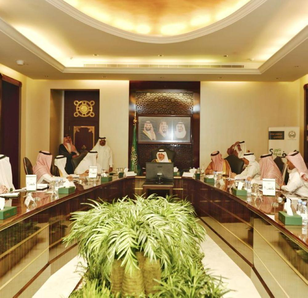 الأمير خالد الفيصل خلال اجتماعه أخيراً مع هيئة الطيران المدني