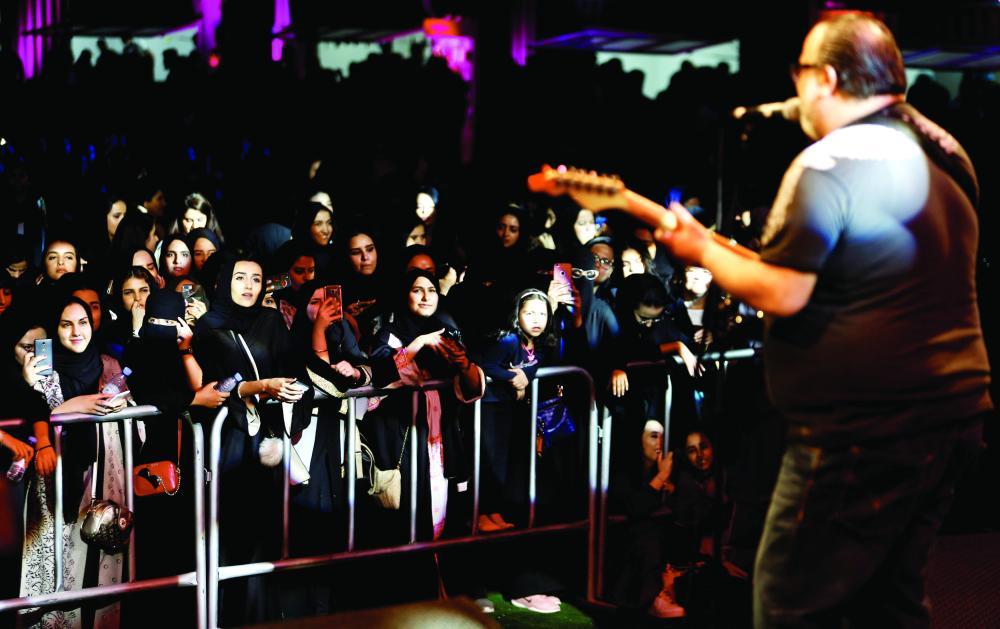 جمهور كثيف يتفاعل مع فرقة موسيقية «للجاز». (رويترز)