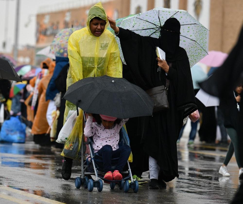 صور| الأمطار تبهج زوار الجنادرية
