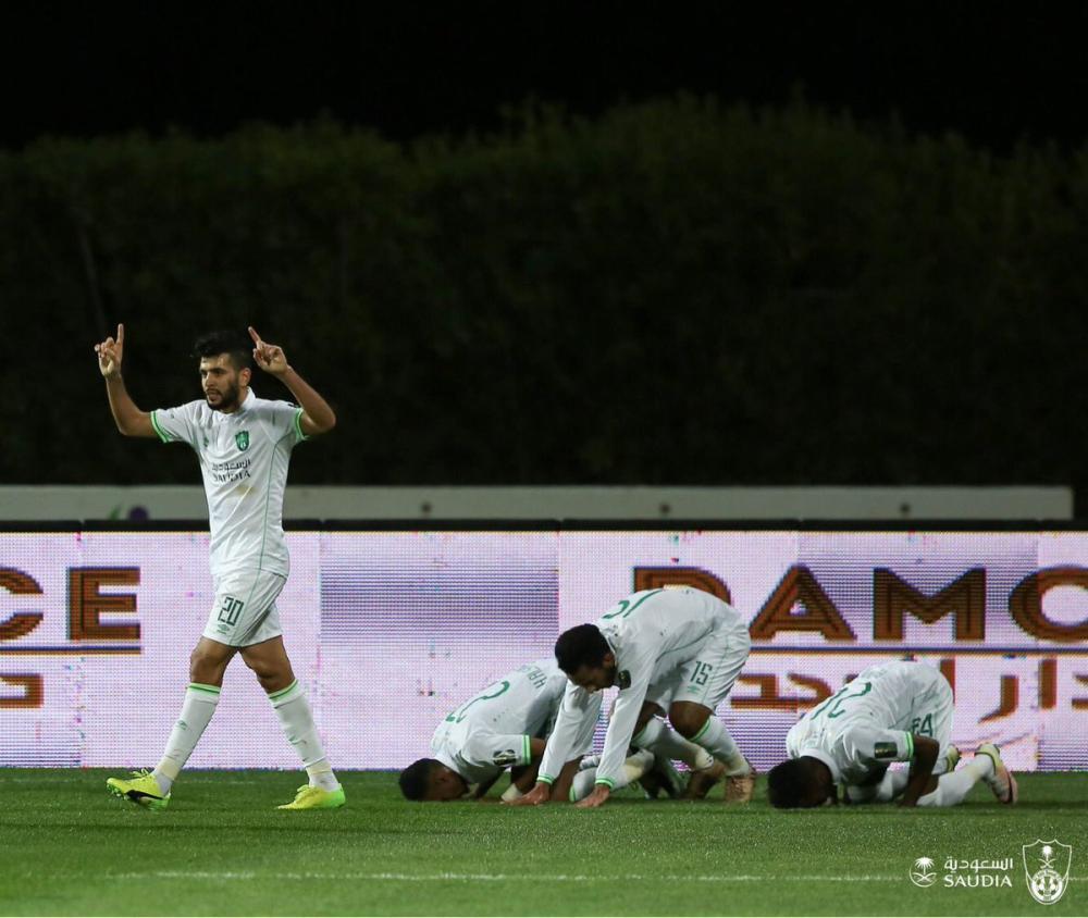 لاعبو الأهلي يحتفلون بالتأهل.. وفي الإطار باسم العطاء الله يعبر عن فرحته.