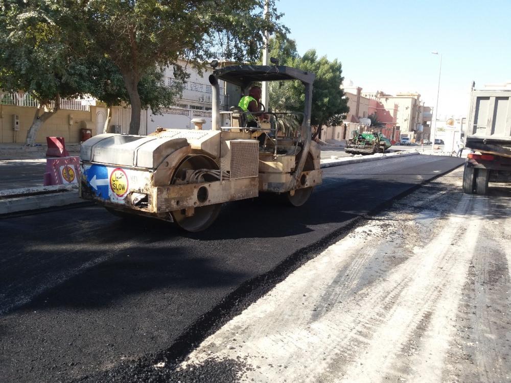 جانب من إعادة سفلتة بعض الشوارع بالخفجي