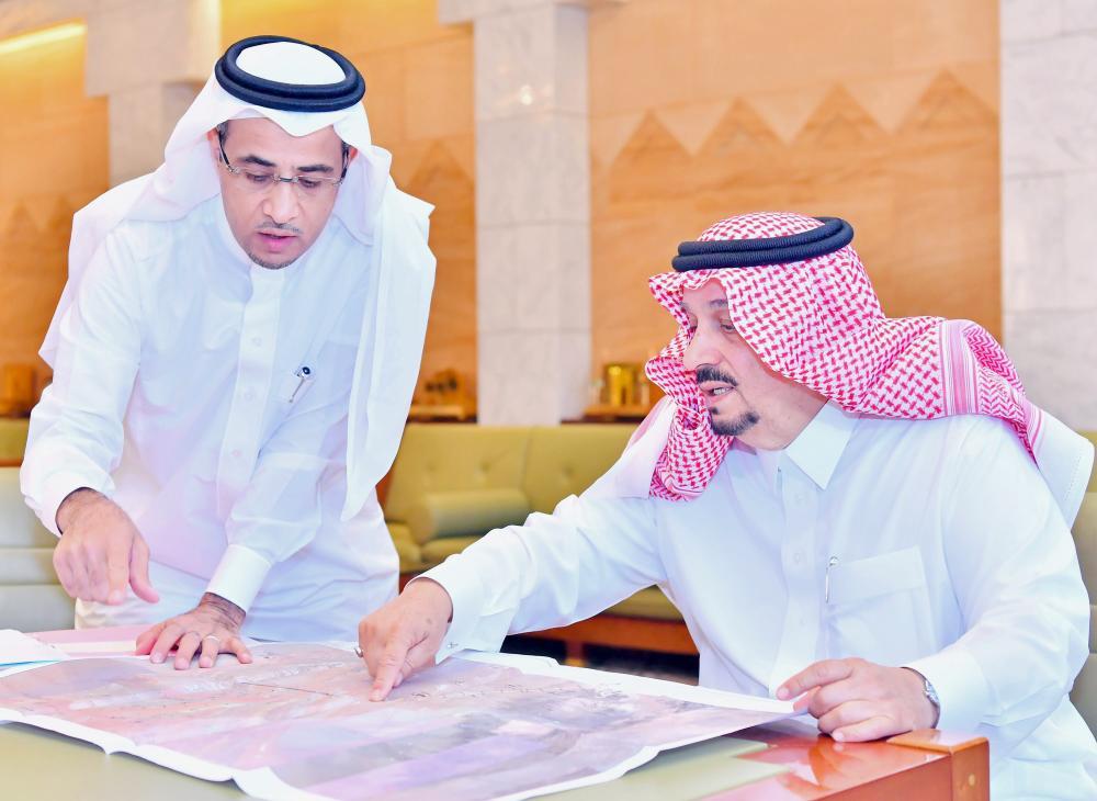 الأمير فيصل بن بندر يطلع على تفاصيل مشاريع المنطقة. (عكاظ)