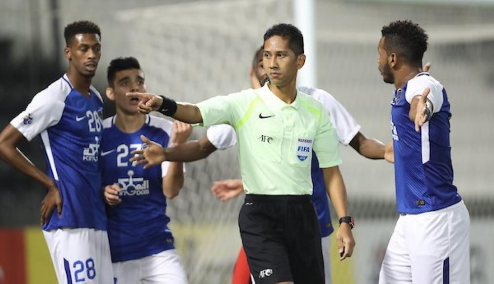 لاعبو الهلال في حديث مع حكم المباراة.