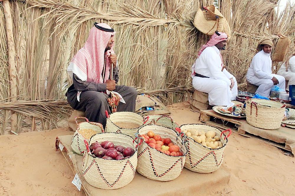 صناعة السعف والمنتجات الزراعية تحضر في المهرجان.