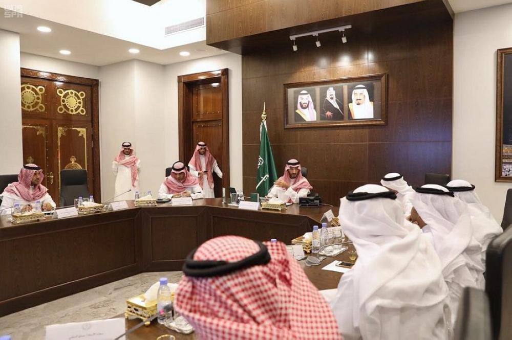 الأمير عبدالله بن بندر مترئسا الاجتماع. (عكاظ)
