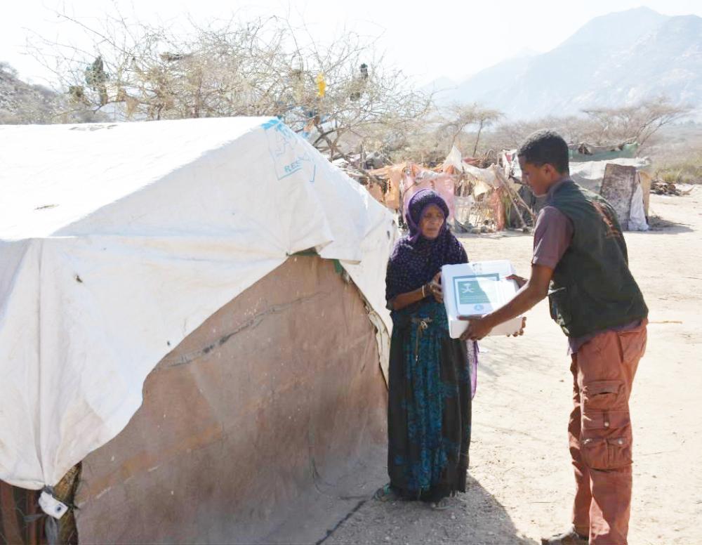 يمنية في محافظة أبين تتسلم حصتها من التمور. (واس)
