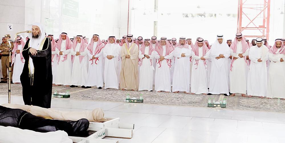 أثناء الصلاة على الفقيد الأمير خالد بن عبدالله في المسجد الحرام. (عكاظ)