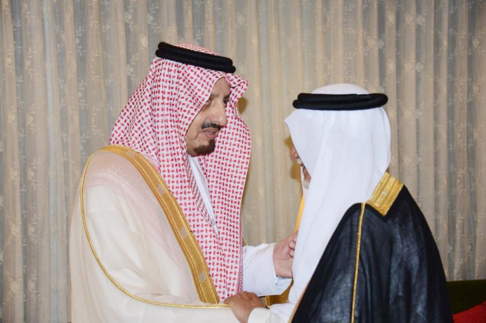 الأمير فيصل بن خالد مستقبلا المعزين.
