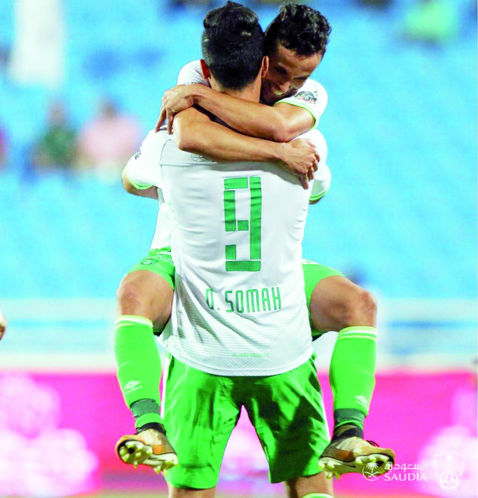 السومة يحمل زميله البرازيلي ليناردو عقب تسجيله الهدف الثاني.
