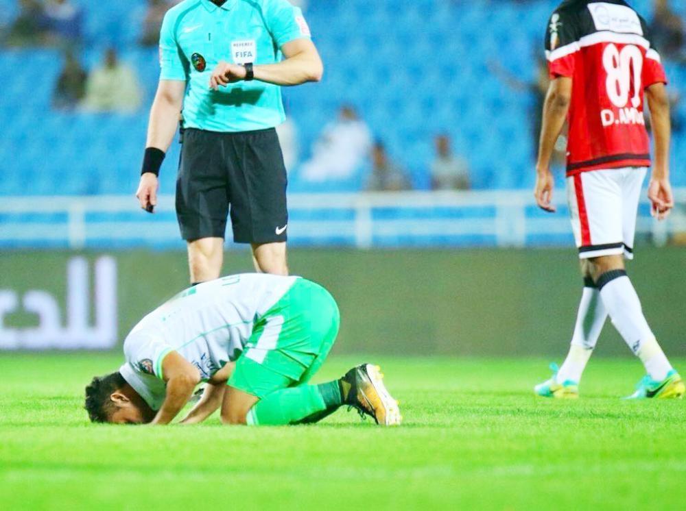 ليوناردو يسجد على أرضية ملعب بريدة. (تصوير: عبدالعزيز السعود)
