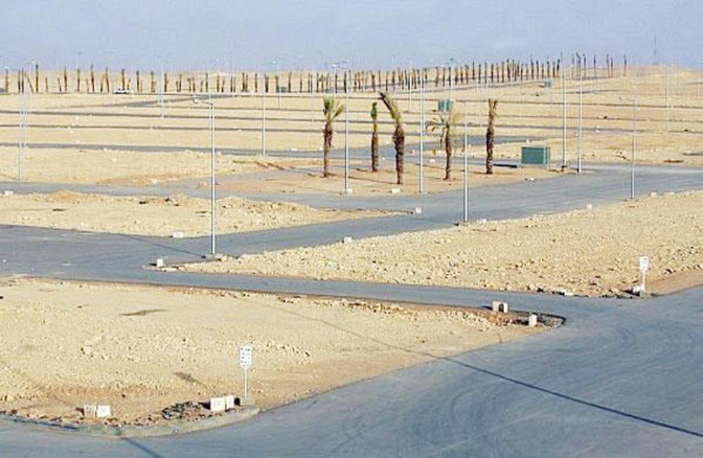 إيقاف التعديات على الأراضي سيسهم في تطوير المخططات وإيصال الخدمات للمستفيدين. (عكاظ)