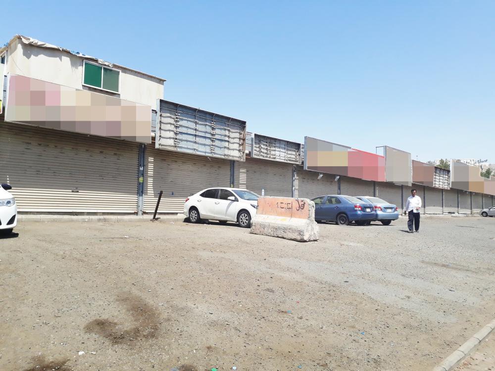 محلات تأجير السيارات مغلقة كما بدت أمس.