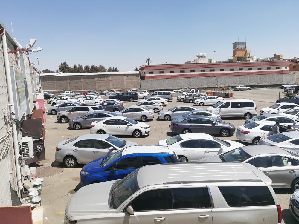 تكدس سيارات أمام مكاتب التأجير في أبها.
