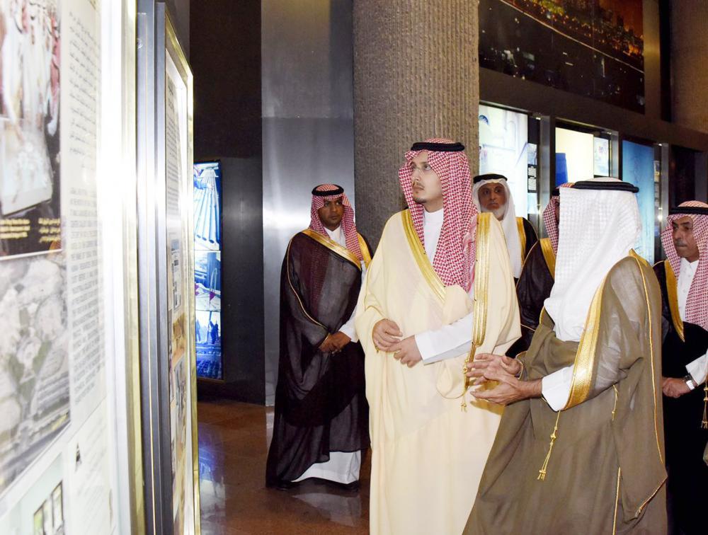 الأمير أحمد بن فهد خلال زيارته لمحافظة الجبيل