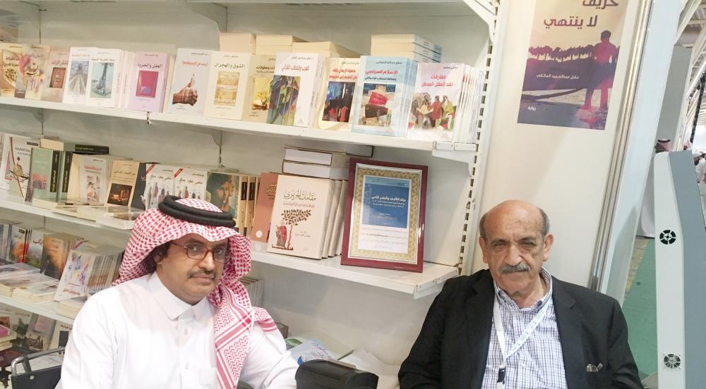 مدير دار الانتشار العربي نبيل بن مروّة يتحدث للزميل عبدالرحمن العكيمي.