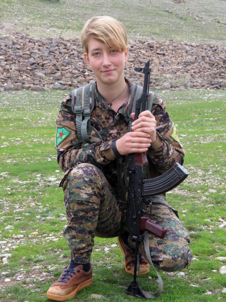 صورة وزعتها أمس وحدات حماية المرأة الكردية للبريطانية آنا كامبل في عفرين. (أ ف ب)