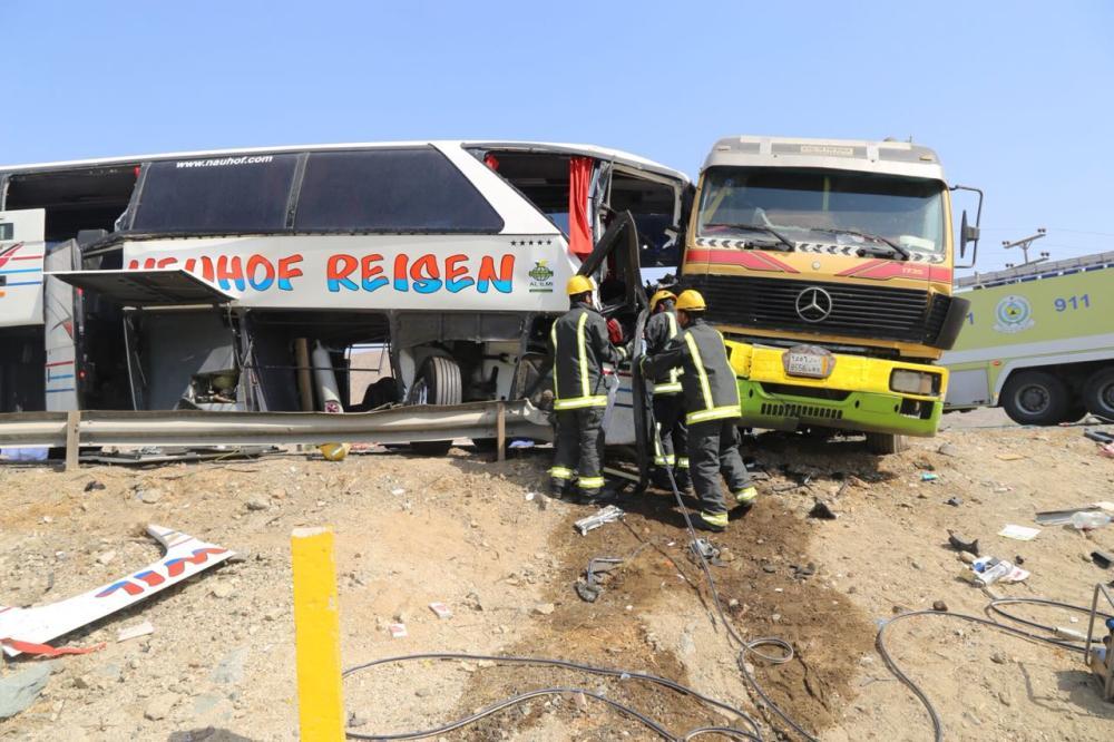 «مدني مكة»: مصرع شخصين ونجاة 48 في حادثة مرورية بمكة