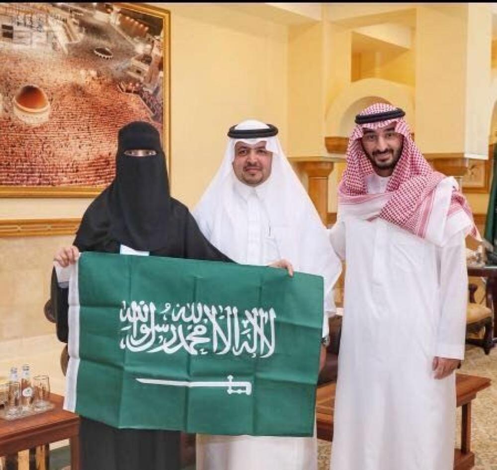 أمير منطقة مكة المكرمة بالإنابة الأمير عبدالله بن بندر، مكرما المعلمة أريج خلال استقبالها أمس (الثلاثاء) في مقر الإمارة بجدة.