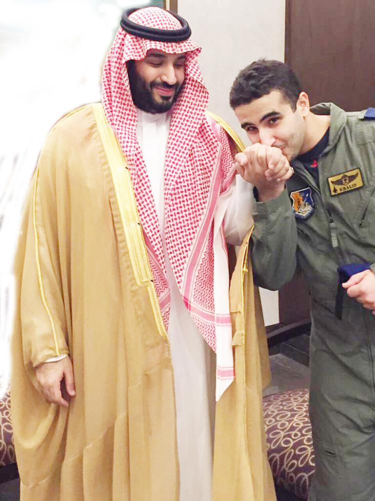 أرشيفي للأمير خالد بن سلمان مقبلاً يد شقيقه الأكبر ولي العهد الأمير محمد بن سلمان