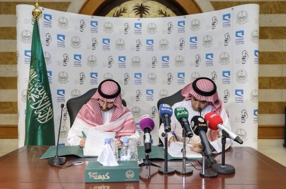الأمير عبدالله بن بندر خلال توقيعه اتفاقيتي التعاون اليوم. (عكاظ)