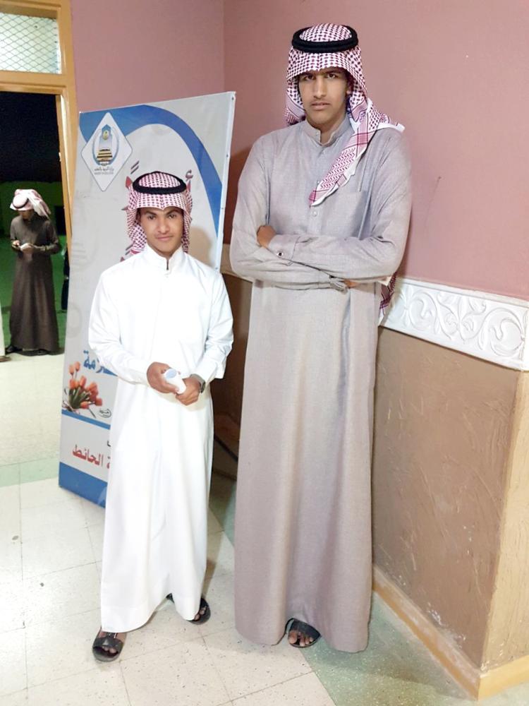 عبدالعزيز مع أحد زملائه بالمدرسة.