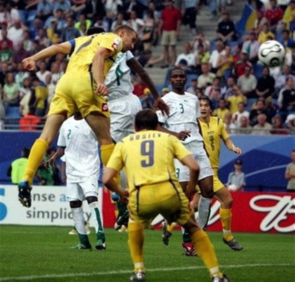 شفشينكو لحظة إحرازه الهدف الثالث لمنتخب بلاده في مرمى السعودية بمونديال 2006.