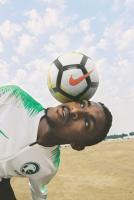 لحظة استعراض طقم المنتخب السعودي الجديد الذي سيرتديه اللاعبون في المونديال.