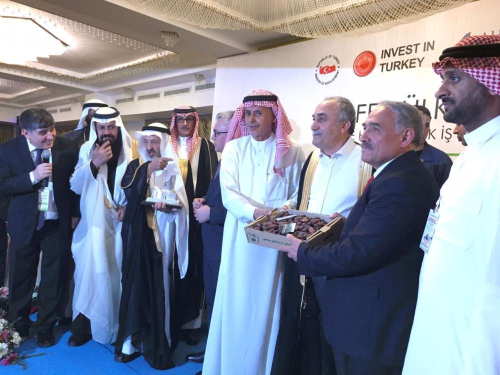 تكريم المشاركين والمتحدثين بالتمور السعودية في ختام منتدى الاستثمار الخليجي ــ التركي.