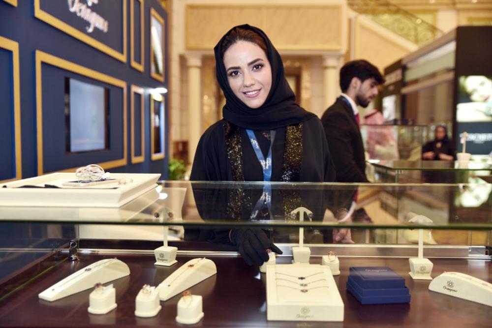 صالون المجوهرات يعرض عقداً ألماسياً بـ 100 مليون