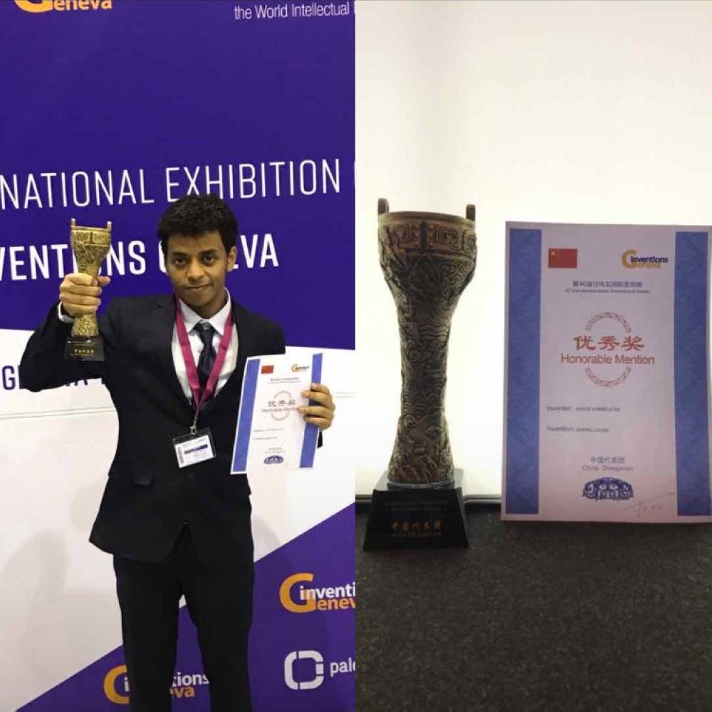 المخترع السعودي خالد عطيف مع جائزة افضل مخترع على مستوى العالم من جمهورية الصين
