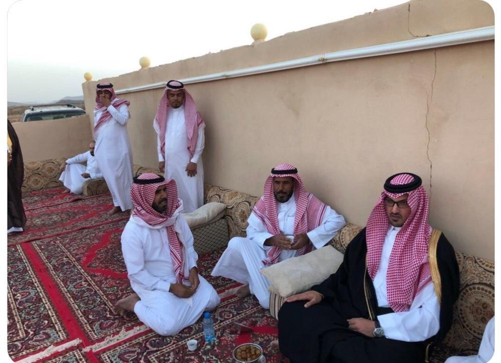 الأمير سعود بن خالد في مجلس عزاء الجابري. (عكاظ)
