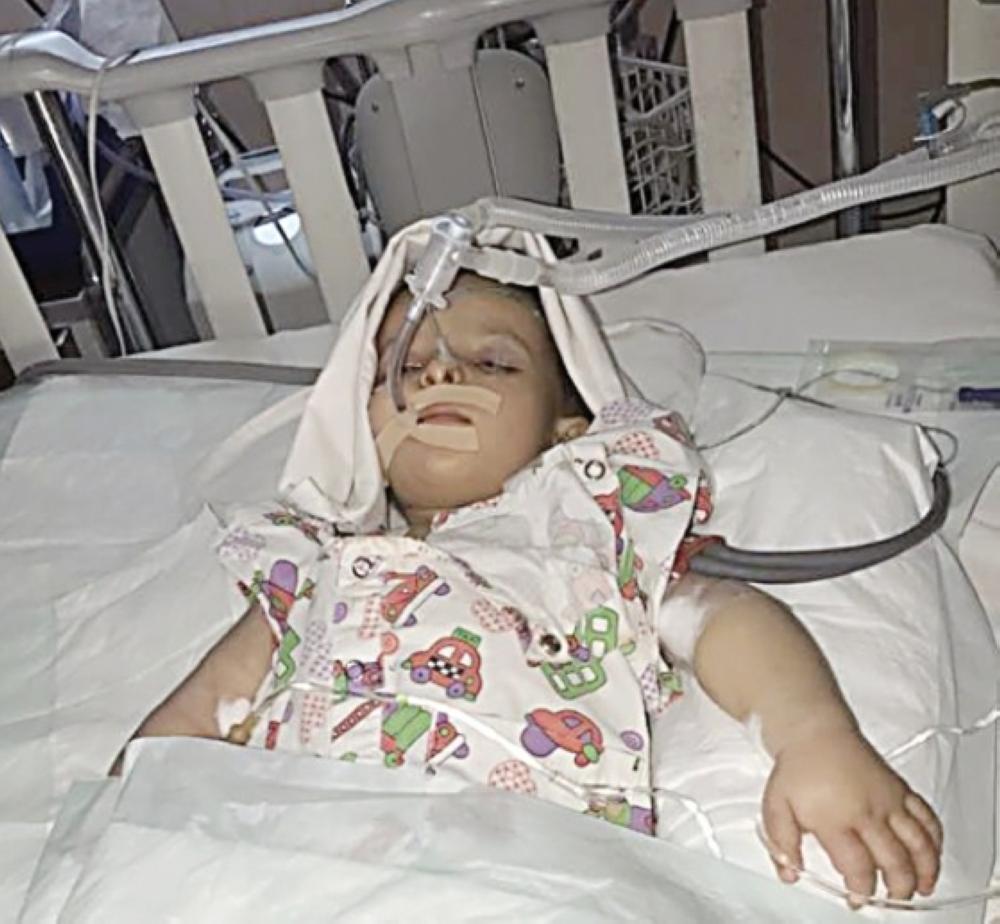 الطفلة ترف قبل وفاتها داخل المستشفى. (عكاظ)