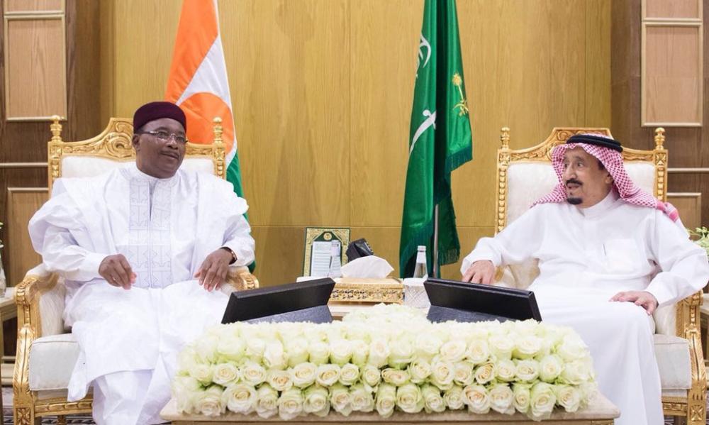 خادم الحرمين يلتقي رئيس جمهورية النيجر في مقر الحفل الختامي لتمرين «درع الخليج المشترك 1».