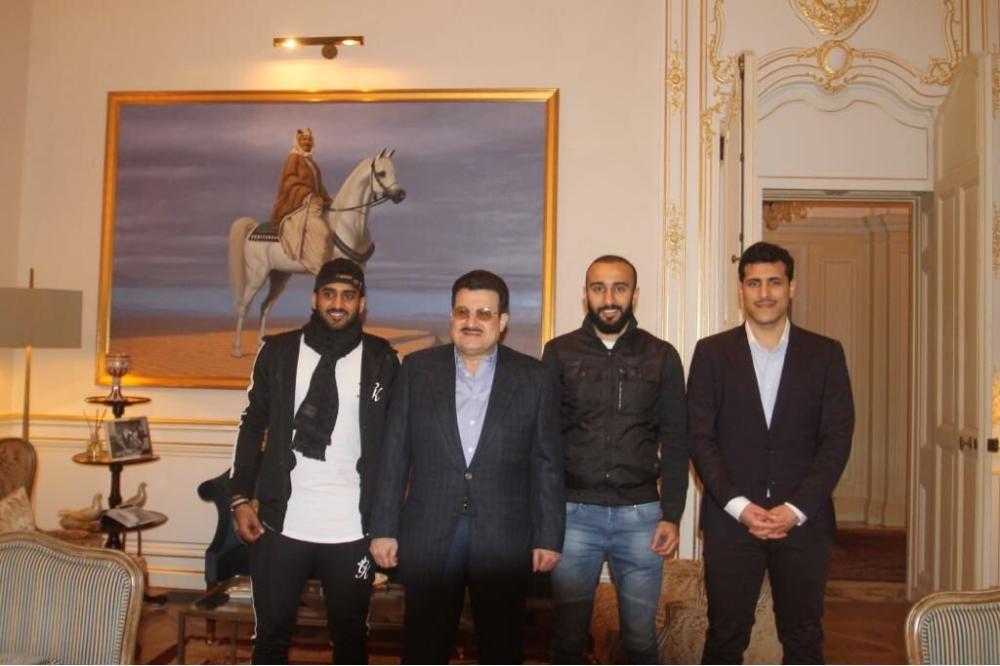 الأمير محمد بن نواف خلال استقباله السهلاوي والغامدي بحضور نجله سلطان.