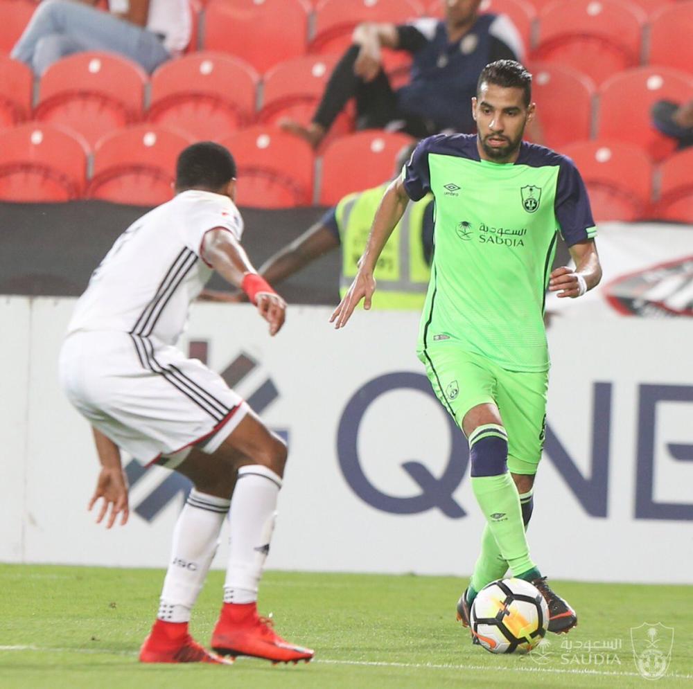 نجم الأهلي مؤمن زكريا يحاول المرور من أمام أحد لاعبي الجزيرة الإماراتي خلال المواجهة التي جمعت الفريقين اليوم.