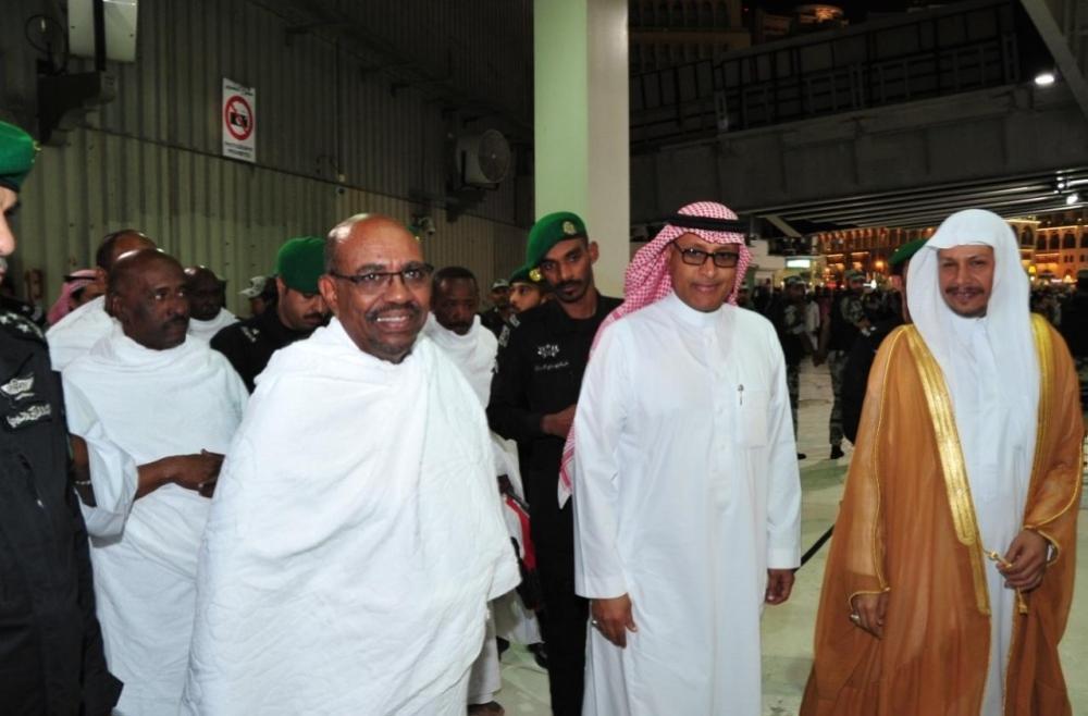 رئيس السودان يؤدي مناسك العمرة