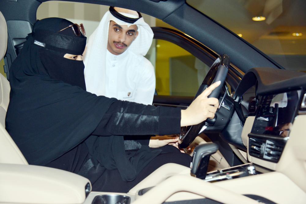 سعودية تطلع على مواصفات مركبة معروضة في منتدى المبادرة الوطنية الذي انطلق أمس الأول في الرياض. (تصوير: ماجد الدوسري)