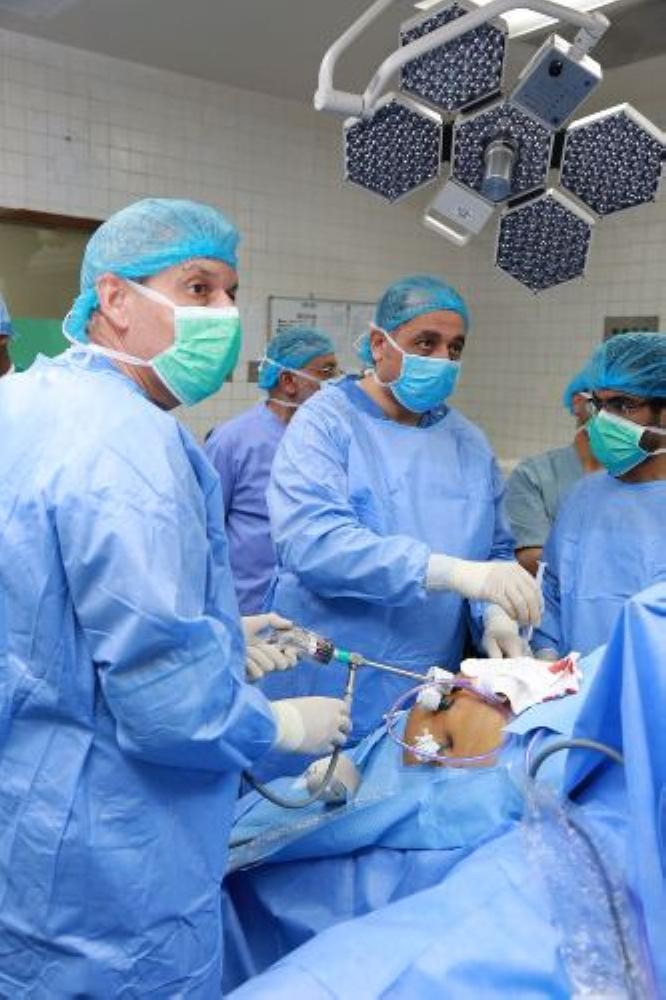 الفريق الطبي أثناء إجراء العملية. (عكاظ)