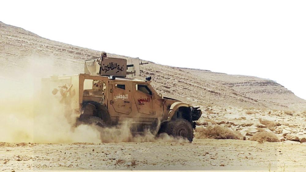 آلية عسكرية للتحالف العربي أثناء المواجهات مع الانقلابيين في البيضاء أمس. (إعلام الجيش)