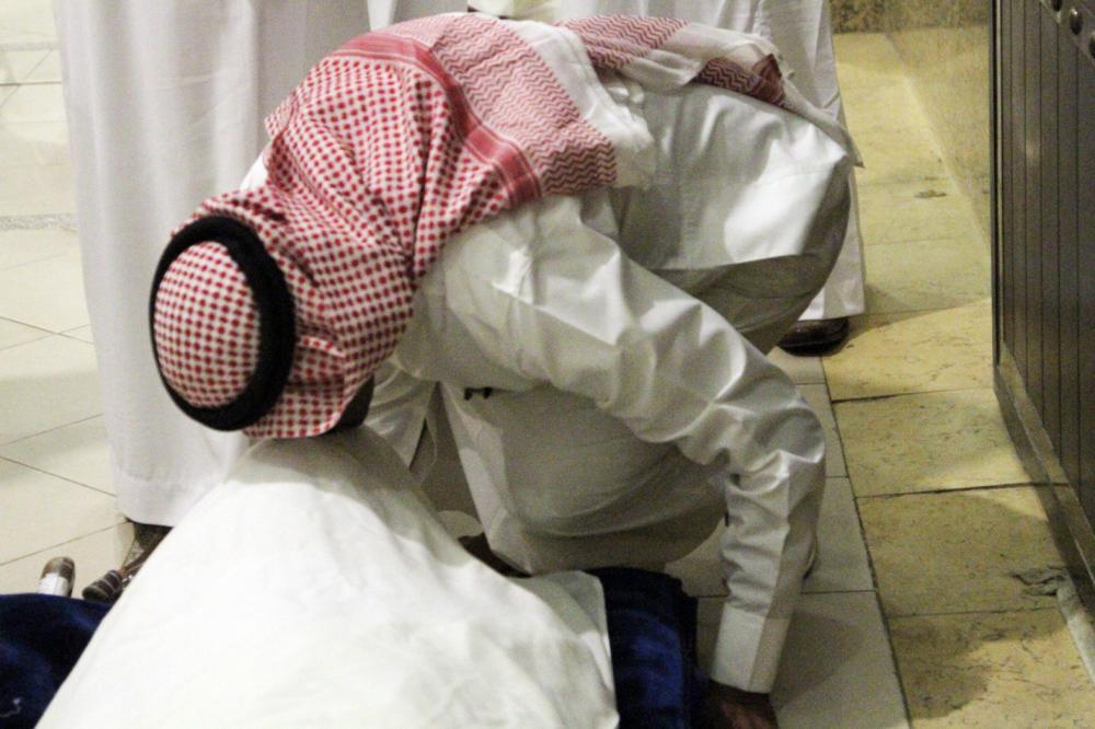 أحد أقارب الزميل في النظرة الأخيرة. (تصوير: عبدالعزيز اليوسف)