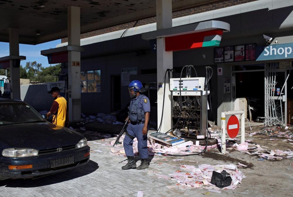 تظاهرات عنيفة في جنوب أفريقيا تجبر الرئيس على العودة
