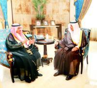 أمير منطقة مكة المكرمة مستقبلاً زهير الإدريسي.  (واس)