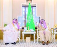 الأمير فيصل بن مشعل والقصبي أثناء تدشين برنامج تنمية المنشآت الصغيرة. (عكاظ)